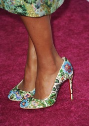 One of the best things about Kerry's style is the attention to detail and compeletness of styling in her looks. Here she takes the floral to the floor with Christian Louboutins. Such a stronger statement than a safe solid. Bravo!!